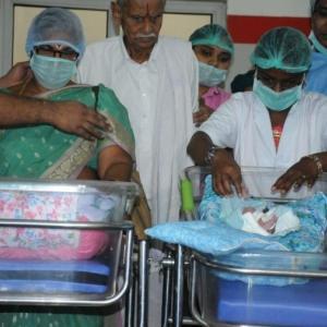 インドの70代女性が双子を出産 世界最高齢の可能性