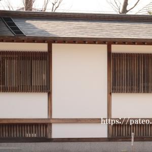 足立区梅田・明王院のシンプルな木製窓千本格子。