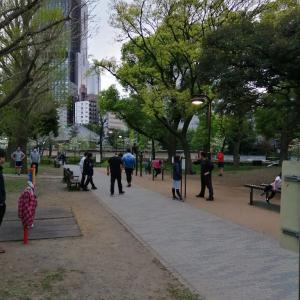 【速報】都内のトレーニングジム閉鎖で公園に筋トレーニーたちが集合し異様な雰囲気になってしまう