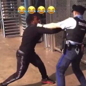 【悲報】黒人さん 駅で警察官と大喧嘩wwwwwww
