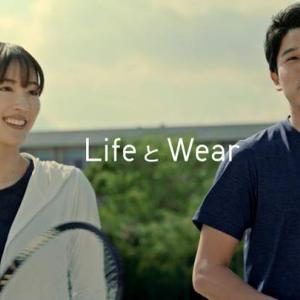 綾瀬はるか:内田篤人とテニスを楽しむ 「ユニクロ」スポーツウエアで華麗なフォーム
