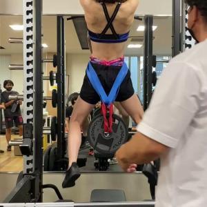 池江璃花子さん、10kgの重りつけ逆手懸垂😲