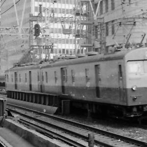 有楽町駅通過する荷物電車と0系新幹線
