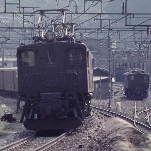 上越線水上駅発車したEF16(見えてないが次位に本務機)貨物列車