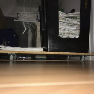 そういえば、『階段下収納』にも棚を作っていました。「滑車付き台」も置いてひと工夫です。