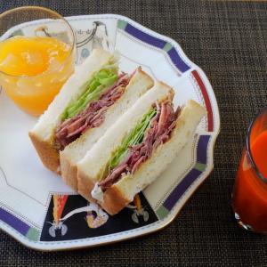 そろそろ食べなあかんってことで☆パストラミビーフサンドイッチ♪☆♪☆♪