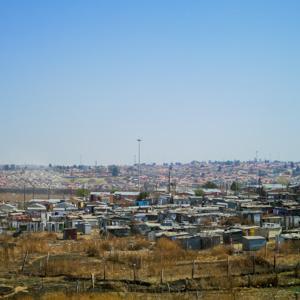 新型コロナに伴う南アフリカのロックダウン、段階的な解除へ 国境封鎖は継続 タバコ解禁