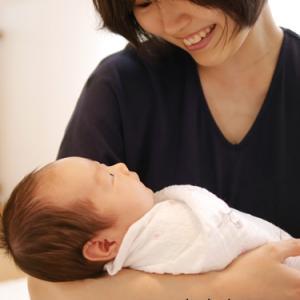 新生児の赤ちゃんがホッとしてグッスリ眠れる♡おくるみは魔法の布なのです♪