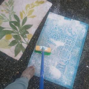 マットのしつこい汚れに漬け攻撃!八代工場土間塗装も無事進んで♪午後から何しましょ♪