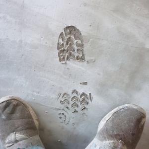 何てコッタイ!昨日仕上げた塗床下地に思い出刻まれてる(涙)頑張るぞ!