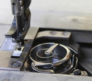 MITSUBISHI LU2-4610 1号機 三菱工業用1本針本縫い・総合送り自動糸切りミシンの釜交換