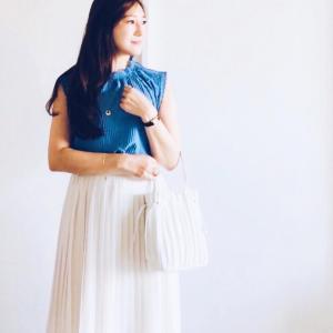 ブルー×白のプリーツスカートコーデと現代アートの巨匠展