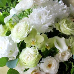 お悔やみのお花にお付けする「立札」の書き方やマナーをご紹介します