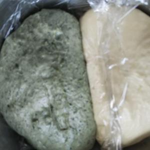 今日はミルクパン&よもぎパン。