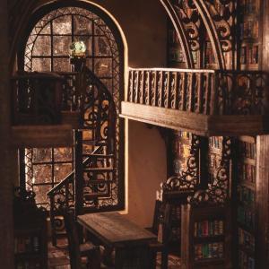 螺旋階段のある小さな図書室
