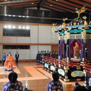 【朝日新聞 社説】天皇が国民を見下ろす即位礼は不快 国民主権に併せ天皇が下に降りるべき