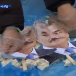 【動画】駐韓米大使館周辺で「在韓米軍は不要だ!」ハリス米大使の写真を破り捨てたり、豆腐まみれにする抗議活動