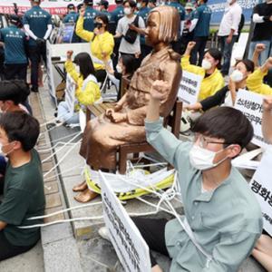 「少女像を守ろう」~ロープで体を結んでデモ(写真)