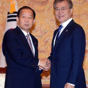 【中央日報】韓国と特別な縁と友好を強調した二階幹事長…菅首相の横で韓国チャネルの可能性 「親韓派」という理由で右翼は攻撃