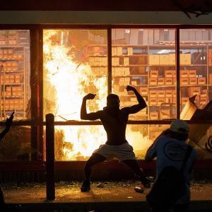 アメリカで暴動。もうめちゃくちゃ #画像 |  亡くなった黒人が死んだところ  |  中国よりよっぽど荒れた国だな