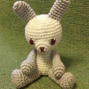 ウサギのあみぐるみ(オフホワイト&ライトグレー)