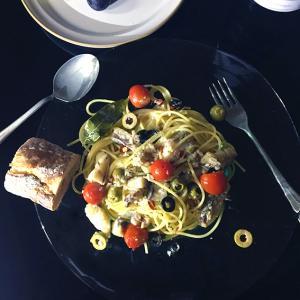 鱈と鯖水煮缶のスパゲッティーとバゲット。