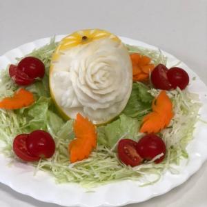 バラの飾りのせサラダ