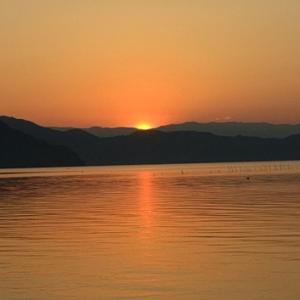 危険な暑さが~琵琶湖岸に朝陽~