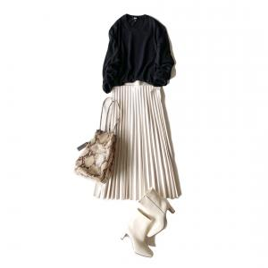 この秋注目のフェイクレザー、アラフォーはプリーツスカートで挑戦です!