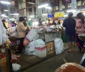 朝、チェンマイ門のマーケットで食べた麺