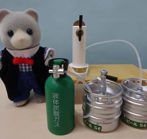 ビール樽とガスボンベ。
