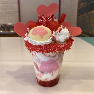 Pink Cloud(ピンク・クラウド)ユニバーサル・シティウォーク大阪店のシェイク #xoxo(ハグ&キス)ストロベリー&チーズケーキ & シェイク・フラッペ #Sunny Vibes!(サニー・バイブス!)マンゴー&キウィ