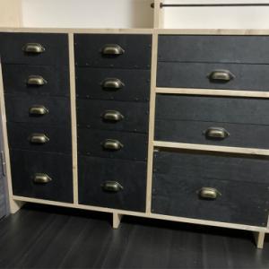 1×8材の壁面棚に合わせた収納ボックス、魅せない収納で男のDIY