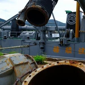 錆びた船と古びた重機