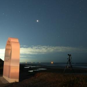 伊古部海岸のエールオブジェと火星