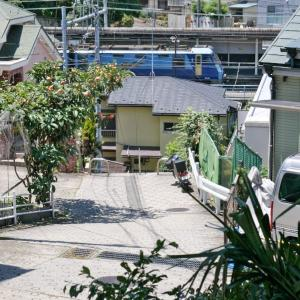 貨物列車が山手駅を通過中(根岸線EH200)