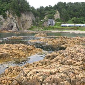 有名な岩場より(五能線キハ40系)