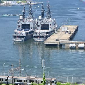 護衛艦を眺める(横須賀線E217系)