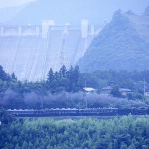 浦山ダムを背後に(秩父鉄道C58)
