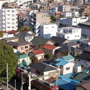 根岸競馬場跡(右上奥に見える3つの塔)方面を望む(京浜急行)