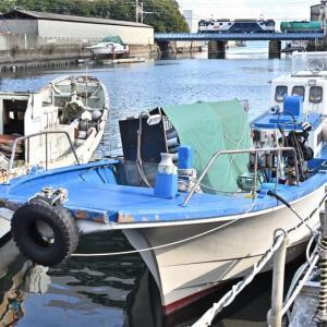 運河に佇む小さな漁船(高島線EF64)