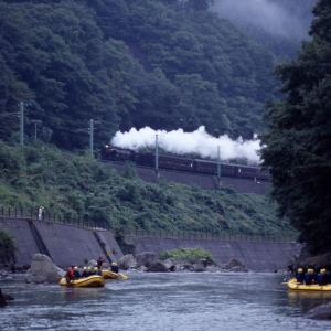 ラフティングボートと汽車(上越線D51)