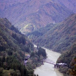 鉄橋を見下ろす(只見線C11)