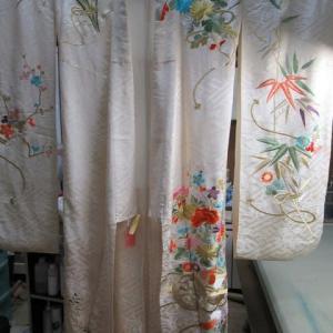 刺繍振袖袷 全体黄変しみ 丸洗い・しみ抜き 正絹素材