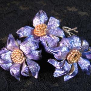 革のお花ブローチ