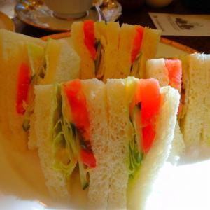 朝からご馳走だな フルーツグラノーラ に 野菜サンドイッチ(^^♪