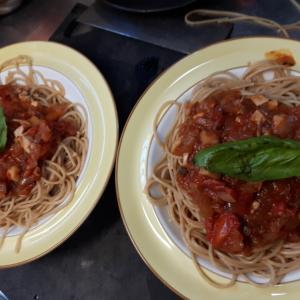 ますえちゃんのお料理も、、、トマトソースのスパゲッティと豆腐サラダ どやろ!?