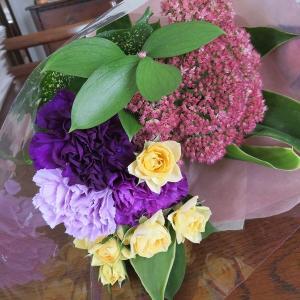 次のプレゼントは? おしゃれな3色の紫カーネーションのbouqet!\(◎o◎)/!