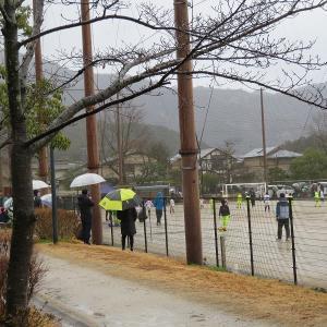 土日、グラウンドは子供のサッカーと応援 週明けは誰もいない、、叡電の中は4~5名のお客さん