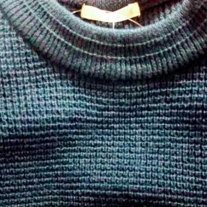 深緑色のセーター